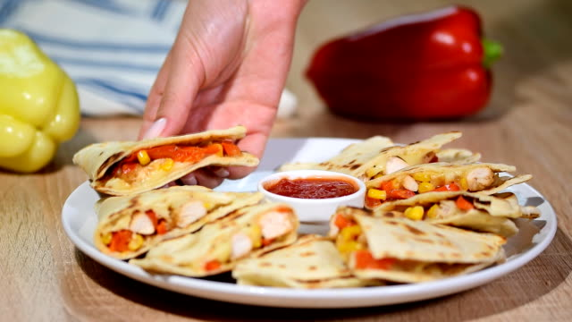 vídeos y material grabado en eventos de stock de quesadilla mexicana con pollo, tomate, maíz y queso. - comida mexicana