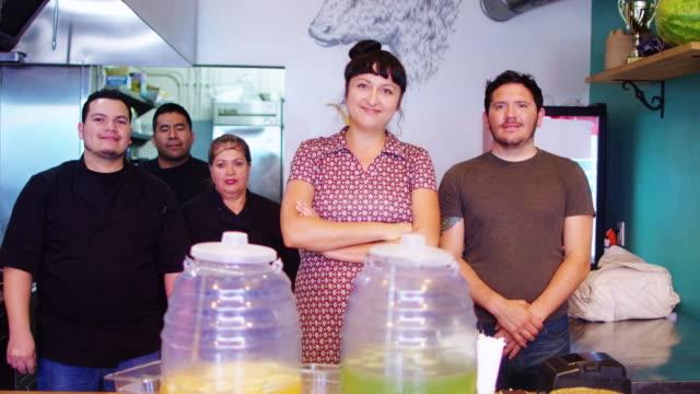 mexikansk restaurang personalen porträtt - samhörighet bildbanksvideor och videomaterial från bakom kulisserna