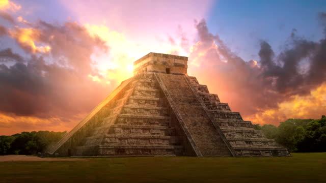 mexico, chichen itzá, yucatán. mayan pyramid of kukulcan el castillo - мексика стоковые видео и кадры b-roll