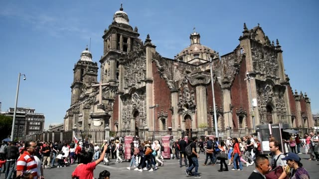 mexico city, life in the city center, the  cathedral - город мехико стоковые видео и кадры b-roll