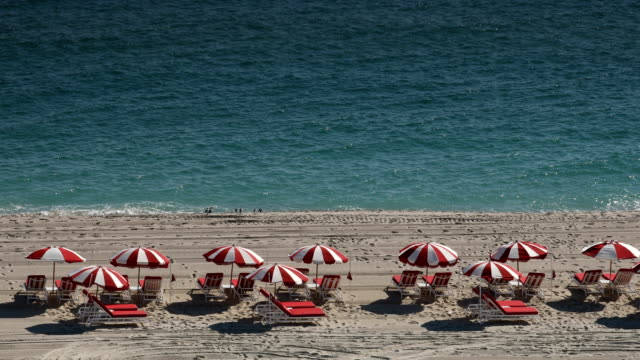 vídeos de stock e filmes b-roll de miami beach lounge chairs - chair