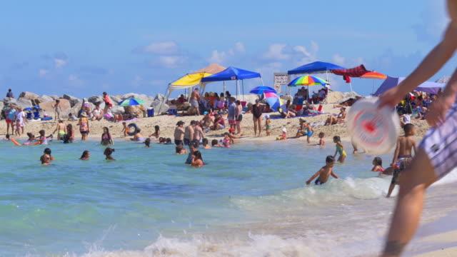 vídeos de stock, filmes e b-roll de dia de verão na praia de miami praia panorama, flórida, eua - turista