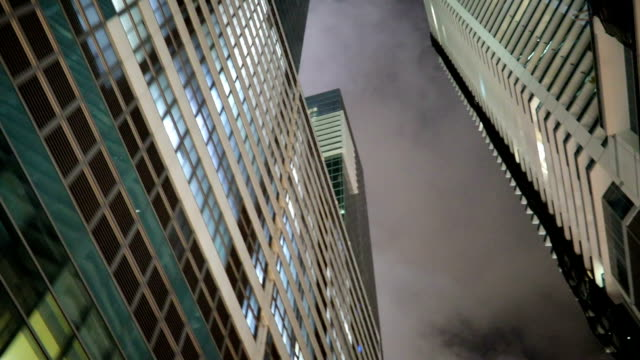 vidéos et rushes de miami downtown dans la nuit - vue en contre plongée verticale
