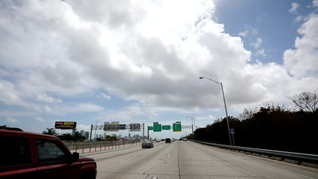 vídeos y material grabado en eventos de stock de autopista de miami - señalización vial