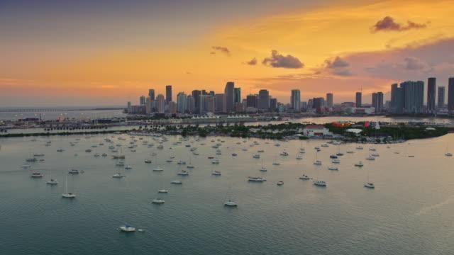 vídeos de stock e filmes b-roll de aerial miami skyline in the setting sun - stabilized shot