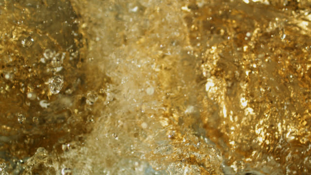 microbrewery extreme splashing close-up - rum superalcolico video stock e b–roll