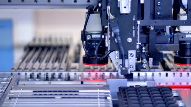 現代の自動機での電子部品生産集積回路チップ。4 k。 - 半導体点の映像素材/bロール
