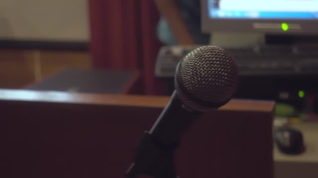 mikrofon im seminarraum - zuschauerraum stock-videos und b-roll-filmmaterial