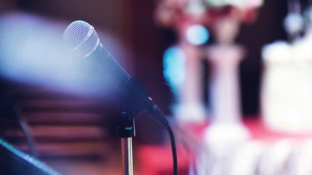 vídeos de stock e filmes b-roll de microphone on stage - orador público