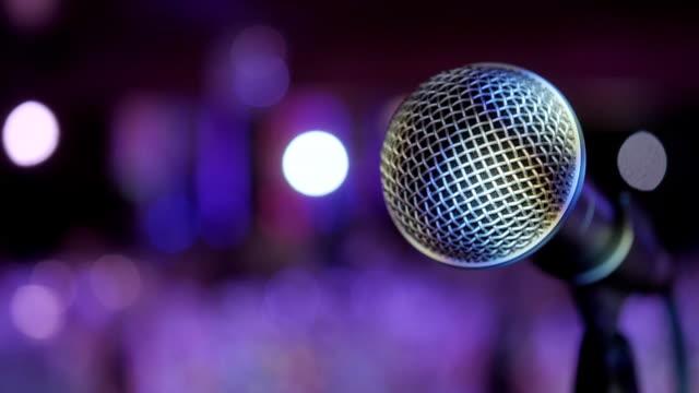 vídeos de stock, filmes e b-roll de microfone sobre o resumo turva conferência municipal ou casamento banquete no fundo - entrevista coletiva
