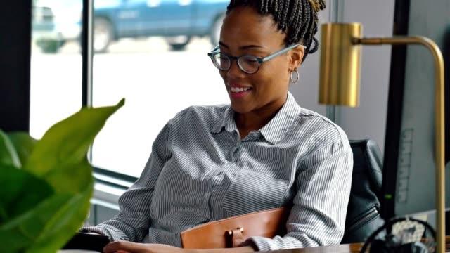 orta yetişkin iş kadını iş arkadaşı veya arkadaşı ile görüntülü sohbet için akıllı telefon kullanır - orta yetişkin stok videoları ve detay görüntü çekimi