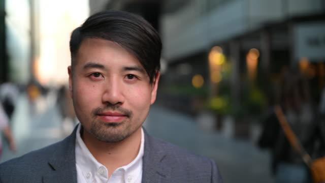 stockvideo's en b-roll-footage met medio volwassen chinese zakenman headshot portret - aziatische etniciteit