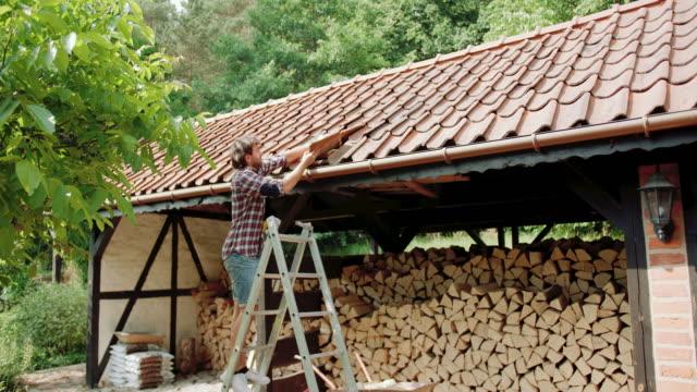 Mitte Erwachsenen Mannes beheben Sie Dachziegel – Video