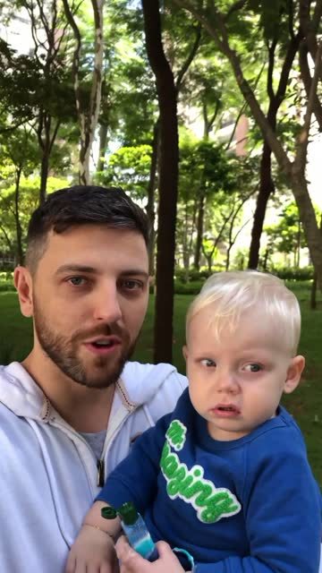 vidéos et rushes de homme adulte moyen marchant avec son fils tandis que sur un appel vidéo - prise avec un appareil mobile