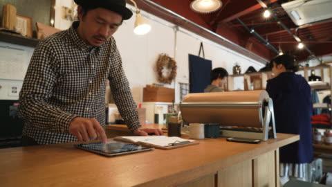 vídeos y material grabado en eventos de stock de hombre adulto medio trabajando en una pequeña tienda general - small business