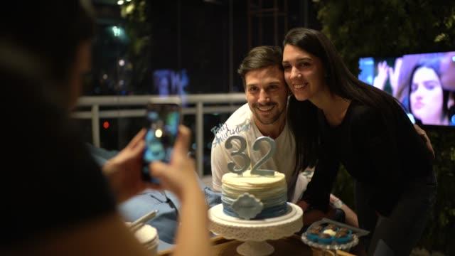 vídeos de stock, filmes e b-roll de homens adultos celebrando festa de aniversário em casa - brigadeiro