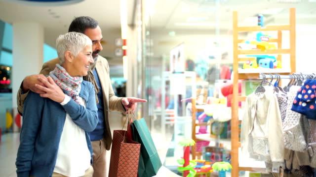mitte alter paar in einem einkaufszentrum. - schaufenster stock-videos und b-roll-filmmaterial