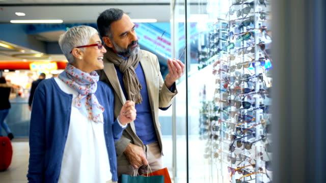 vídeos de stock, filmes e b-roll de meados casal envelhecido em um shopping center. - shopping center