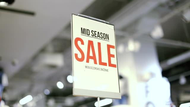 mid season sale sign in store - распродажа стоковые видео и кадры b-roll