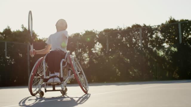 10代のアダプティブテニスプレーヤーのslo moミッドショット - disabilitycollection点の映像素材/bロール