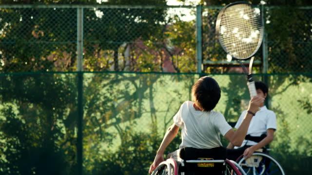 アダプティブテニスプレーヤーのslo moミッドショット - 車椅子スポーツ点の映像素材/bロール