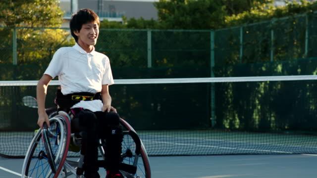 アダプティブテニスプレーヤーのslo moミッドショット - disabilitycollection点の映像素材/bロール