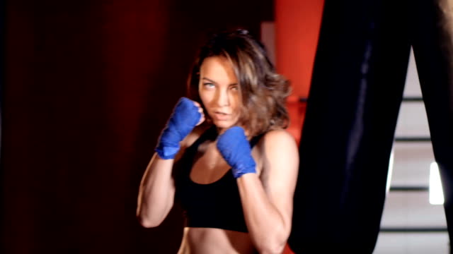 mid shot of the woman in a  boxing stance. - donna forzuta video stock e b–roll