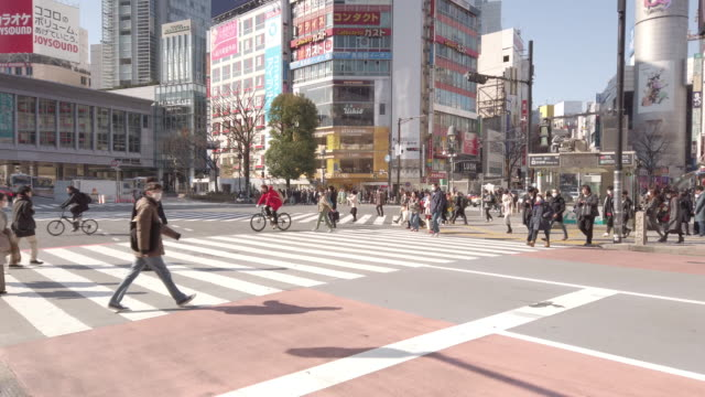 mittags shibuya crossing in tokio, japan - editorial videos stock-videos und b-roll-filmmaterial