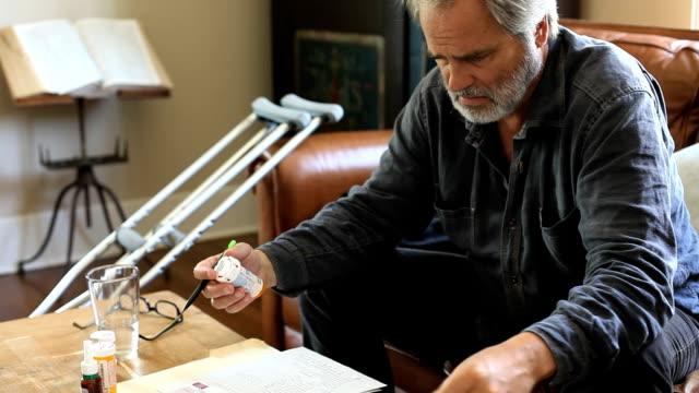 Mitad hombre anciano abrumado por facturas médicas - vídeo