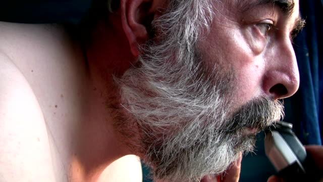 vidéos et rushes de milieu homme âgé avec sa taille de la moustache et de la coupe de cheveux gris. - un seul homme d'âge mûr