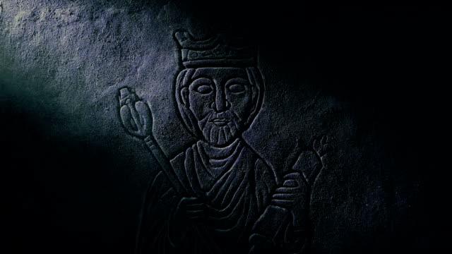 vídeos de stock e filmes b-roll de middle ages king stone carving on castle wall - coroa