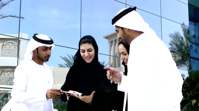 middle eastern business people on the street - slowmotion - emirati woman 個影片檔及 b 捲影像
