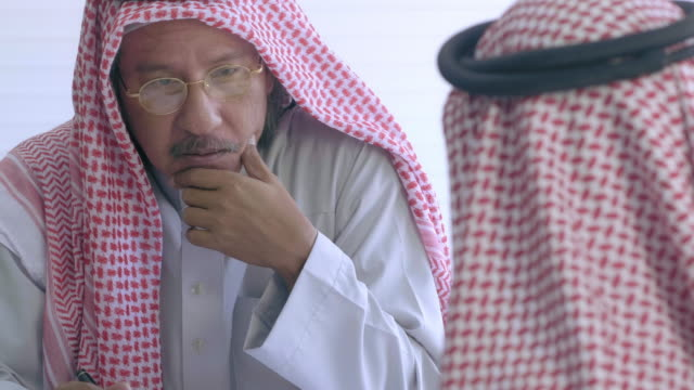 middle eastern businessmen meeting - arabia saudita video stock e b–roll