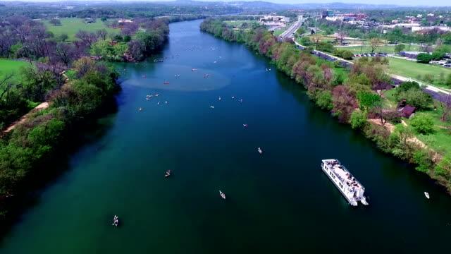 в середине озера аэрофотоснимок остине, техас реку колорадо развлечения весна водные мероприятия с каякеров sxsw «лодочкой» и-во время весенних каникул 2016 г. - проспект стоковые видео и кадры b-roll