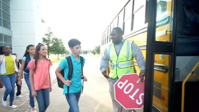 vídeos y material grabado en eventos de stock de autobús de abordaje de clase secundaria, niño con síndrome de down - autobuses escolares