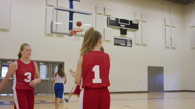vídeos y material grabado en eventos de stock de chicas de secundaria en baloncesto práctica bandeja de taladro - deportes de la escuela secundaria