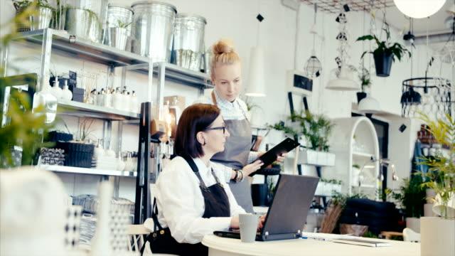 vídeos y material grabado en eventos de stock de empresario de mediana edad joven ayudante cómo hacer finanzas (cámara lenta) - gerente de cuentas