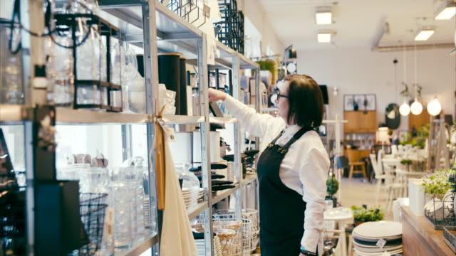 vídeos de stock, filmes e b-roll de empresário de meia-idade, trabalhando em uma loja de decoração home - boutique