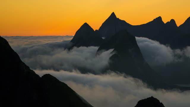 vídeos de stock e filmes b-roll de midnight sun reinebringen mountain in summer season, lofoten island, norway - lofoten