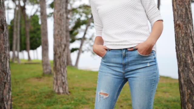 midsection av en ung kvinna i casual kläder utomhus - jeans bildbanksvideor och videomaterial från bakom kulisserna