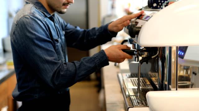 男性のバリスタのコーヒー メーカーの営業の中央部 ビデオ