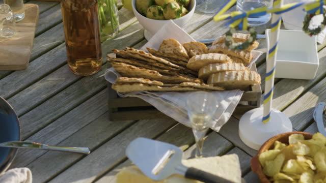 Midsommarmat på ett träbord video
