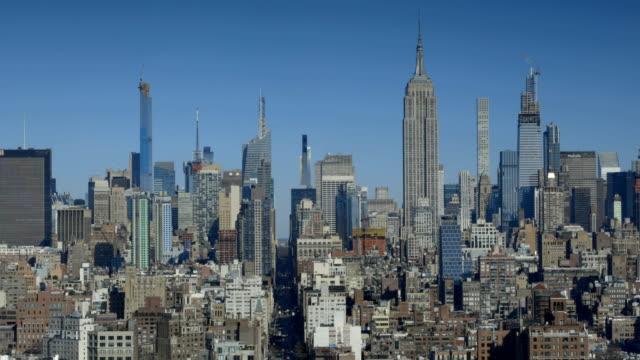midtown cityscape - establishing shot stock-videos und b-roll-filmmaterial