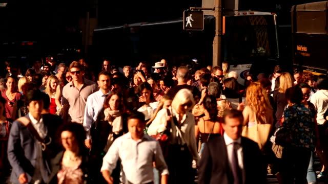 midtown manhattan in new york city menschenmassen - straßenkreuzung videos stock-videos und b-roll-filmmaterial