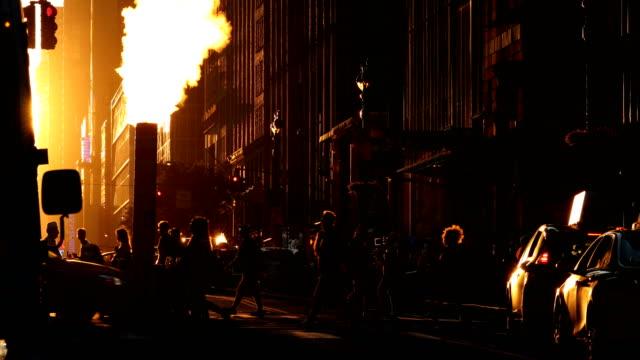 midtown manhattan sonnenuntergang blick auf die straße - establishing shot stock-videos und b-roll-filmmaterial