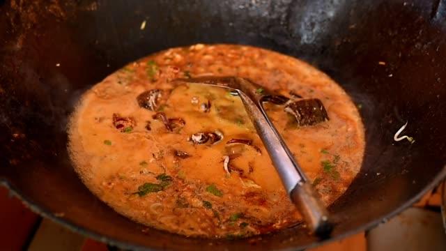 """vidéos et rushes de """"mie aceh"""" cuisine traditionnelle de nouilles aceh à l'aide de homard - spaghetti bolognaise"""