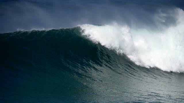 強大的海浪緩慢地滾動,沖向海岸,產生許多白色泡沫的飛濺。慢動作拍攝 - 大 個影片檔及 b 捲影像
