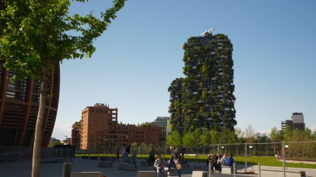 ミラノ市晴れた日有名なダウンタウンリビング建物スローモーションパノラマ 4 k イタリア - 緑 ビル点の映像素材/bロール
