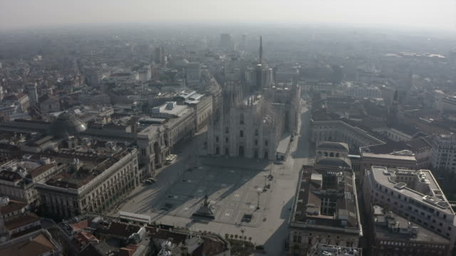 ミラノ イタリア 空中写真 ドゥオーモ芸術建築記念碑 - ロックダウン点の映像素材/bロール