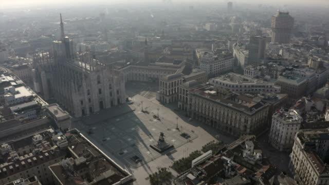 milano i̇talya covid-19 salgın hava görünümü piazza duomo - katedral stok videoları ve detay görüntü çekimi